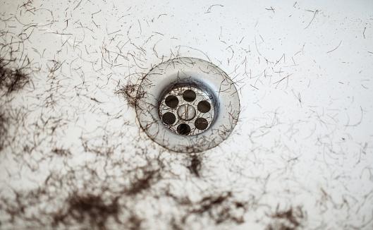 déboucher un lavabo qui dégorge et sent mauvais